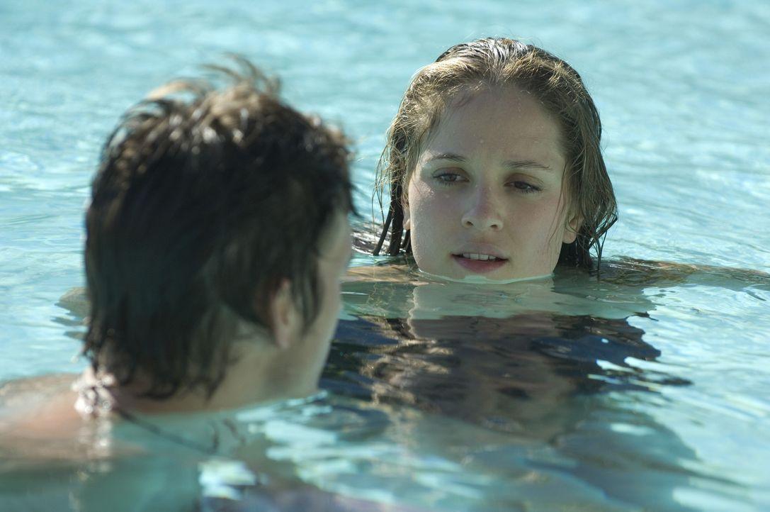 Der junge, hübsche Nikki (Ashton Kutcher, l.), hüpft von einer reichen Lady zur nächsten um sich so einen extravaganten Lebensstil leisten zu kö... - Bildquelle: 2008 by EASY A Inc. All Rights Reserved