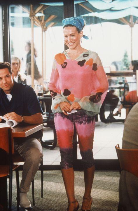 Da Miranda der Wille fehlt, aufzustehen, um den gut aussehenden Mann vom Nachbartisch um ein Date zu bitten, erledigt das Carrie (Sarah Jessica Park... - Bildquelle: Paramount Pictures