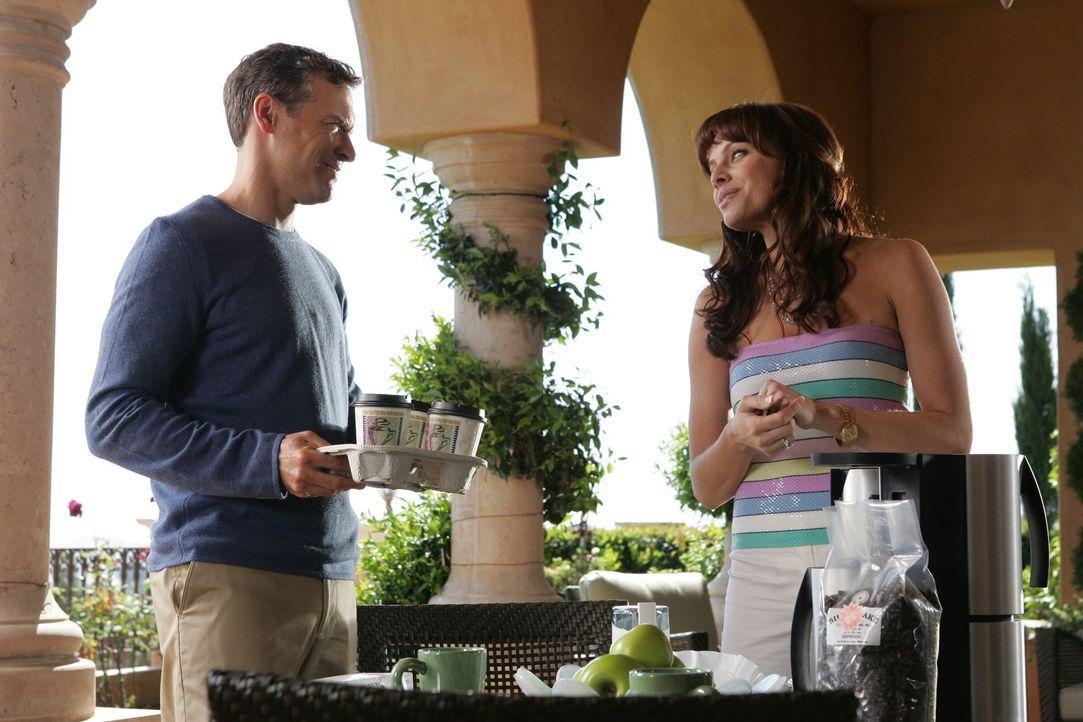 Caleb ist noch nicht lange tot, schon beschließen Julie (Melinda Clarke, r.) und Jimmy (Tate Donovan, l.), es noch einmal miteinander zu versuchen... - Bildquelle: Warner Bros. Television