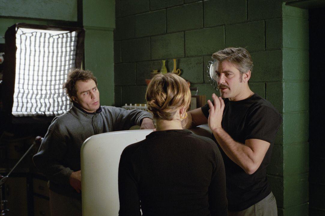 Regiedebüt: George Clooney, r. mit seinen Hauptdarstellern Drew Barrymore, M. und Sam Rockwell, l. ... - Bildquelle: Takashi Seida Miramax Films