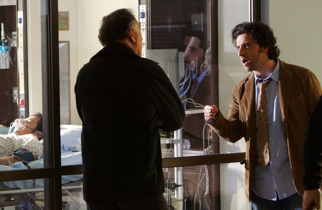 Charlie (David Krumholtz, r.) macht sich große Vorwürfe, dass Don (Rob Morrow, l.) durch seine Schuld im Krankenhaus gelandet ist. Sein Vater Alan (... - Bildquelle: Paramount Network Television