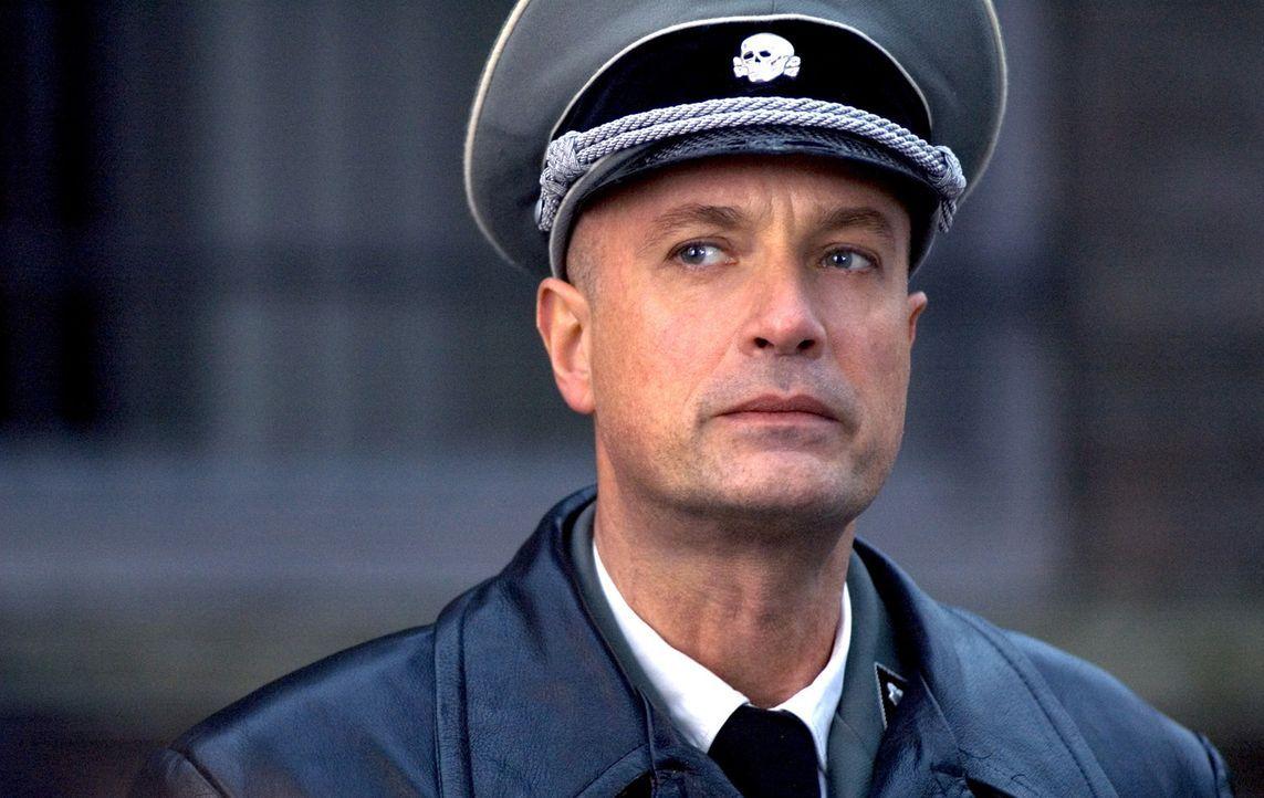General Käutner (Christian Berkel) drückt sogar den Siegermächten seinen Nazi-Stempel auf ... - Bildquelle: Egoli Tossell Film AG