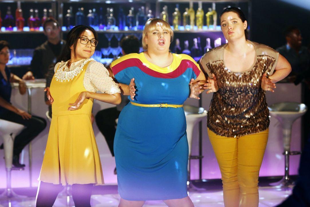 (1. Staffel) - Super smart und super uncool verfolgen die drei Busenfreundinnen Helen-Alice (Liza Lapira, l.), Kimmie (Rebel Wilson, M.) und Marika... - Bildquelle: Warner Brothers