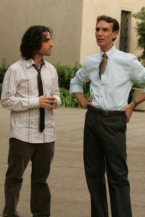 Charlie (David Krumholtz, l.) bittet Bill Waldie (Bill Nye, r.) um Hilfe ... - Bildquelle: Paramount Network Television