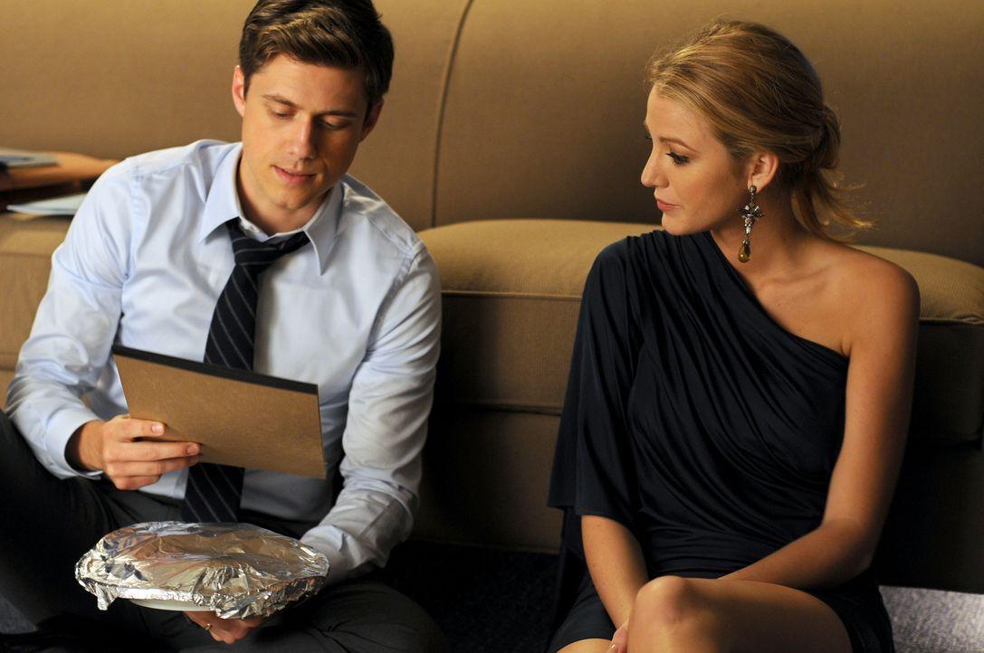 Serena (Blake Lively, r.) versorgt Tripp (Aaron Tveit, l.) nicht nur mit Essen ... - Bildquelle: Warner Brothers