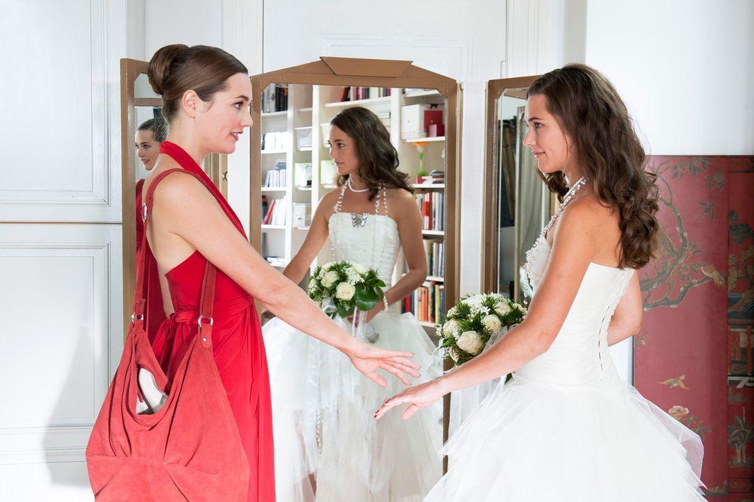 Um kurz vor ihrer Hochzeit noch eine letzte Aussprache mit ihrem Ex-Freund in Paris führen zu können, bittet Sophie (Alissa Jung, l.) ihre lang vers... - Bildquelle: Stephan Rabold SAT.1