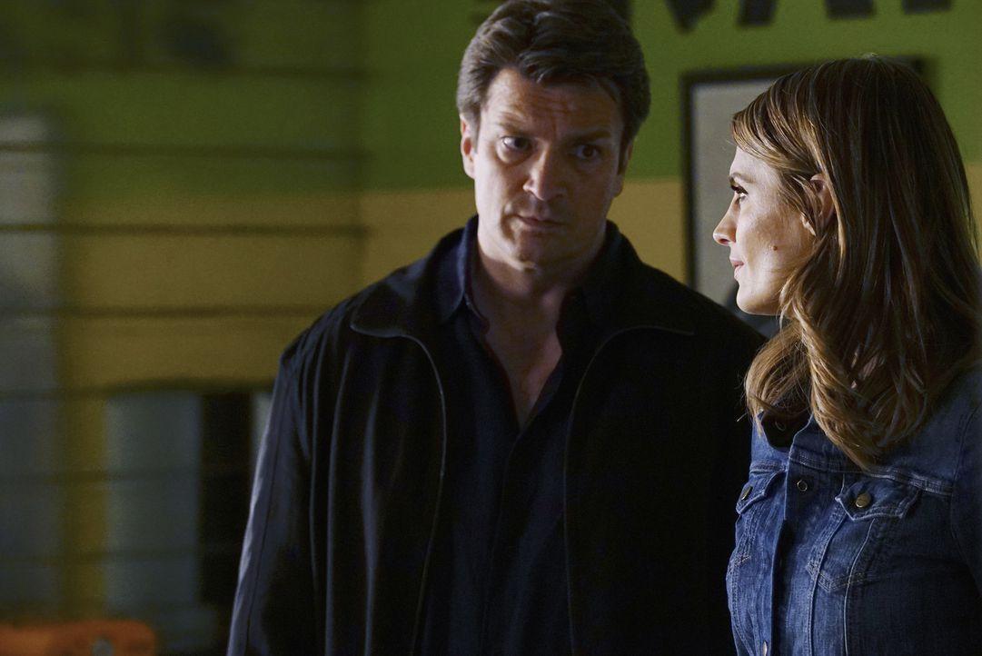 Untersuchen den Mord an einer Internet-Ikone: Castle (Nathan Fillion, l.) und Beckett (Stana Katic, r.) ... - Bildquelle: ABC Studios