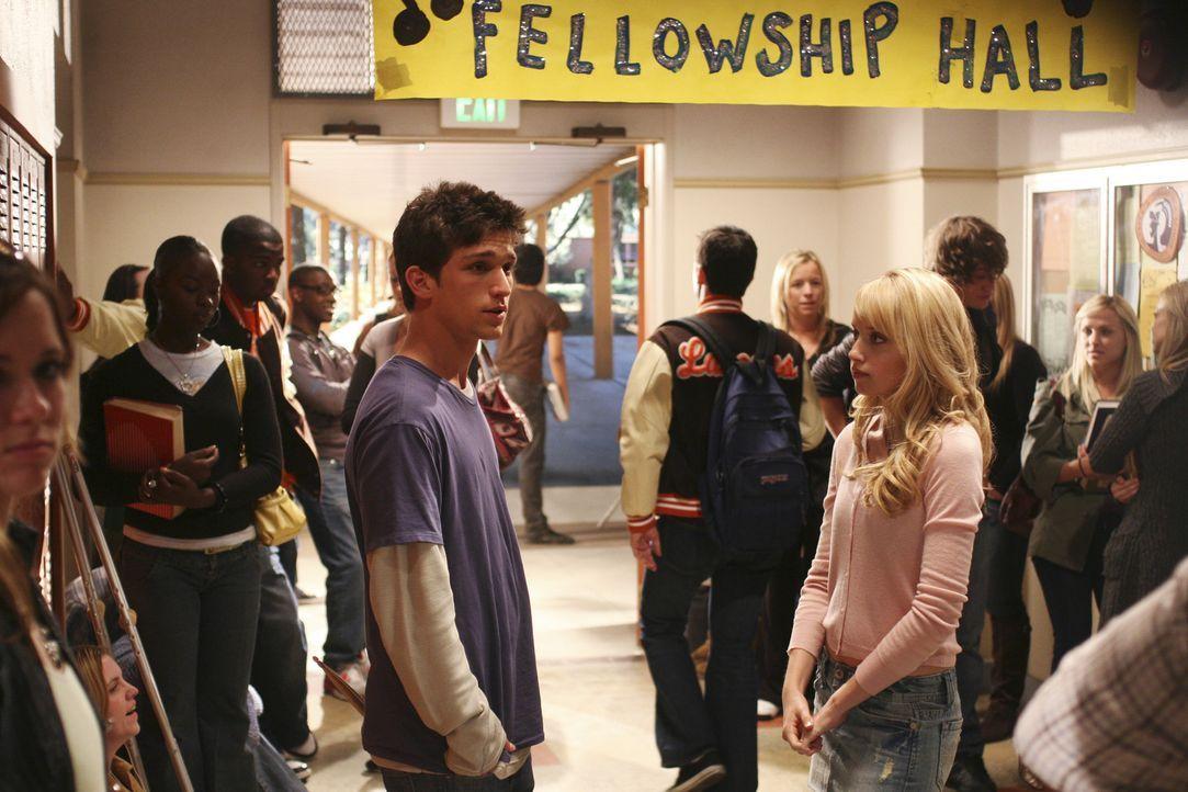 Womanizer Ricky (Daren Kagasoff, l.) kann und will sich nicht auf ein Mädchen beschränken und versucht sein Glück deshalb nun auch bei Grace (Megan... - Bildquelle: ABC Family
