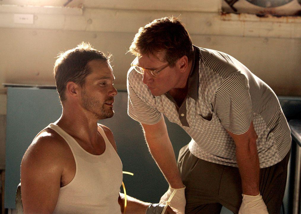 Colby (Dylan Bruno, l.) wird von Dwayne Carter zu Mason Lancer (Val Kilmer, r.) gebracht. Dieser führt allerdings nichts Gutes im Schilde ... - Bildquelle: Paramount Network Television