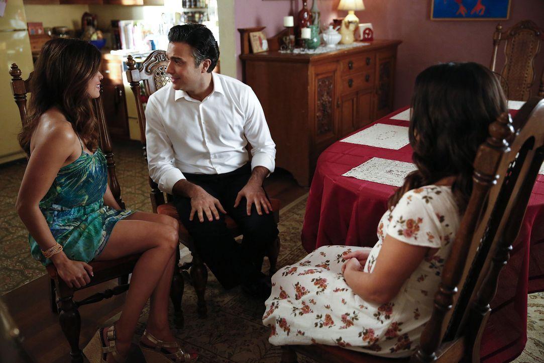 Jane (Gina Rodriguez, r.) zwingt Xo (Andrea Navedo, l.) und Rogelio (Jaime Camil, M.) dazu, sich ihrer Gefühle füreinander bewusst zu werden, doch k... - Bildquelle: 2014 The CW Network, LLC. All rights reserved.