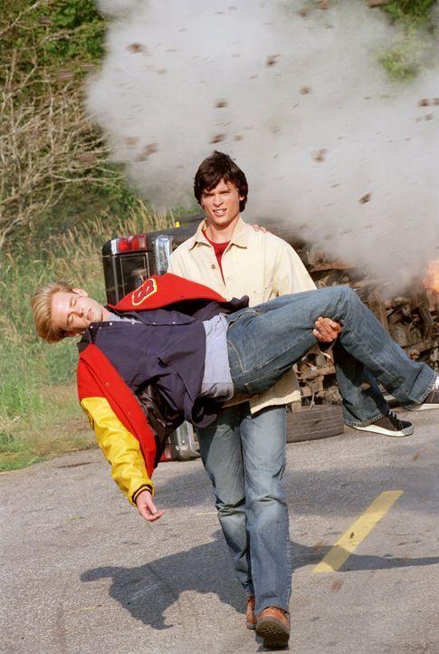 Auch, als Lanas Freund Whitney in Not gerät, eilt er herbei, um Whitney zu retten: Superheld Clark (Tom Welling, r.) ... - Bildquelle: Warner Bros.