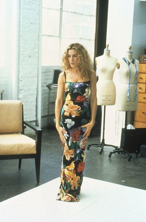 Carrie (Sarah Jessica Parker) steht zur Anprobe des bodenlangen Sommerkleids bereit. - Bildquelle: Paramount Pictures