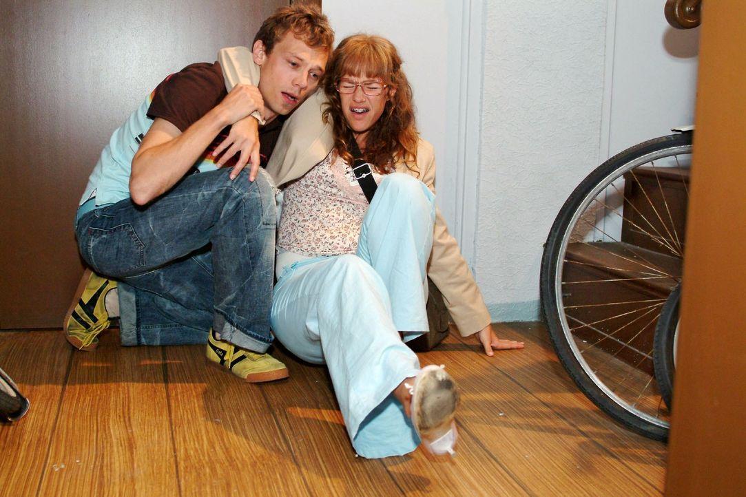 Lisas (Alexandra Neldel, r.) beherzte Kussattacke auf Jürgen (Oliver Bokern, l.) rächt sich schnell, als sie mit dem Fuß umknickt. (Dieses Foto v... - Bildquelle: Monika Schürle Sat.1