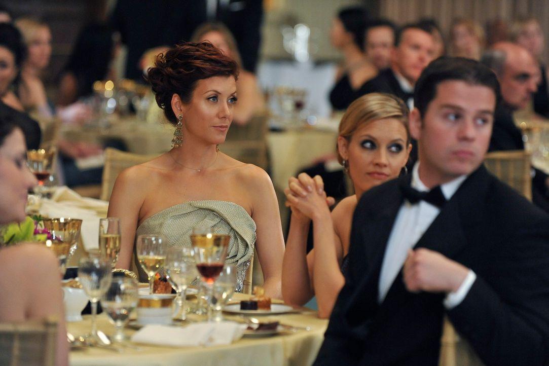 Nehmen am Ball des St. Ambrose teil: Addison (Kate Walsh, 2.v.l.) und Charlotte (KaDee Strickland, 2.v.r.) ... - Bildquelle: ABC Studios