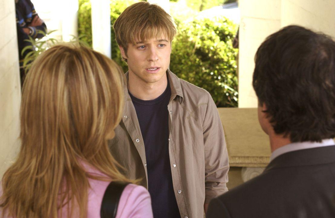 Nachdem Ryan (Benjamin McKenzie, M.) eine Dummheit begangen hat, muss er sich bei Kirsten (Kelly Rowan, l.) und Sandy (Peter Gallagher, r.) rechtfer... - Bildquelle: Warner Bros. Television
