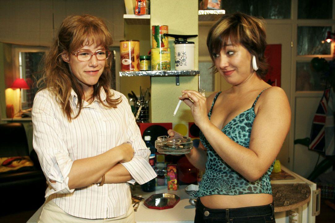 Lisa (Alexandra Neldel, l.) sorgt sich um Yvonne (Bärbel Schleker, r.). Sie ist erleichtert, dass diese ab sofort nicht mehr rauchen will, und vers... - Bildquelle: Sat.1