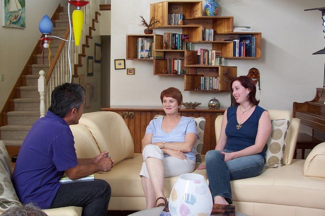Mary Jo (M.) und ihre Tochter Kerry (r.) haben Probleme mit ihren Dackeln und hoffen auf Hilfe vom Hundeflüsterer Cesar Millan (l.) ... - Bildquelle: Rive Gauche Intern. Television