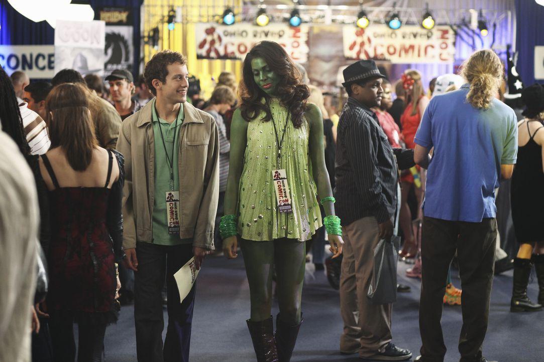 Auf einer Messe für Comicfans lernt Rusty (Jacob Zachar, 2.v.l.) Sally (Anahi Bustillos,3.v.r.) kennen, die sich ihm als Borgton vom Planeten Lycon... - Bildquelle: 2009 DISNEY ENTERPRISES, INC. All rights reserved. NO ARCHIVING. NO RESALE.