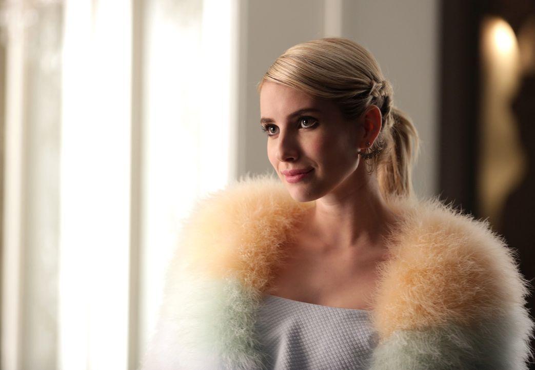 Grace erhält ausgerechnet von Chanel (Emma Roberts) eine Akte mit Informationen über ihre Mutter und muss sich schließlich selber ein Eingeständnis... - Bildquelle: 2015 Fox and its related entities.  All rights reserved.
