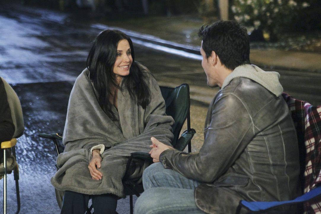 Erleben einen ganz besonderen Valentinstag: Jules (Courteney Cox, l.) und Grayson (Josh Hopkins, r.) ... - Bildquelle: 2010 ABC INC.