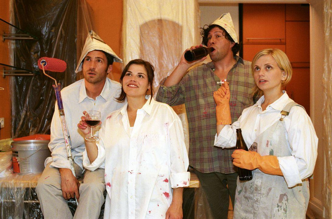 Uli (Benjamin Sadler, l.) und Pia (Katharina Wackernagel, 2.v.l.), beide erfolgreiche Scheidungsanwälte, haben sich über Ulis temporär renovierun... - Bildquelle: Sat.1