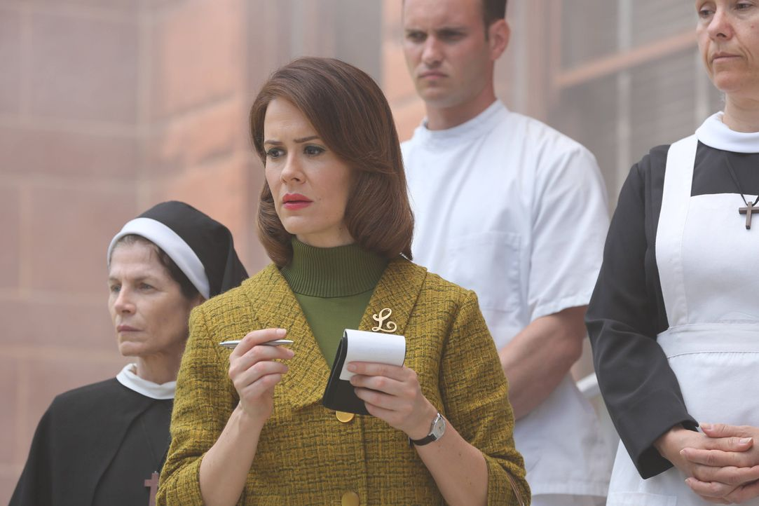 "Jahr 1964: Als die Journalistin Lana Winters (Sarah Paulson, 2.v.l.) erfährt, dass der gesuchte Serienmörder ""Bloody Face"" jeden Moment in der Kli... - Bildquelle: 2012-2013 Twentieth Century Fox Film Corporation. All rights reserved."
