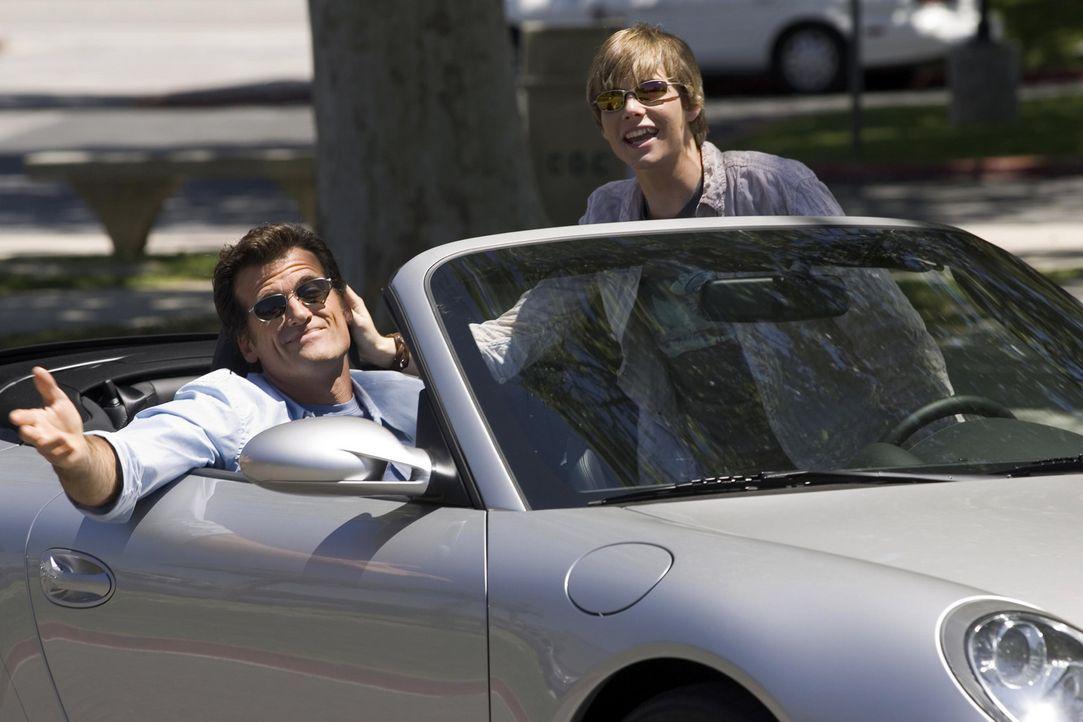 Silas (Hunter Parrish, r.) entfernt sich immer mehr von seiner Familie und flüchtet zu Megan. Megans Vater nimmt sich ihm an und lernt ihm sogar da... - Bildquelle: Lions Gate Television