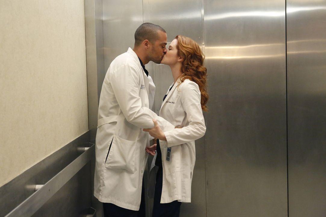 Noch hat sie die Grippe nicht erwischt, doch werden Jackson (Jesse Williams, l.) und April (Sarah Drew, r.) dem Virus trotzen können? - Bildquelle: ABC Studios