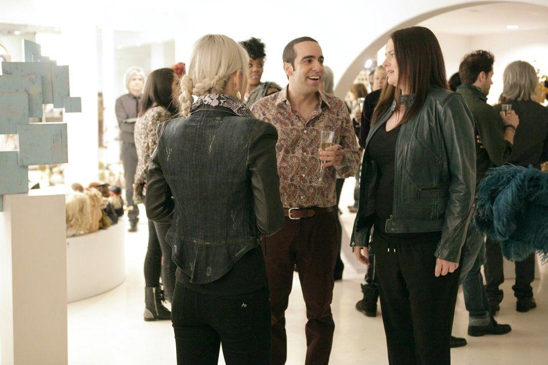 Ruby (Dan Ahdoot, M.) fragt Marika (Lauren Ash, r.) nach einem Date. Sie könnte nicht glücklicher sein, doch dann erfährt sie die ganze Wahrheit ...... - Bildquelle: Warner Brothers