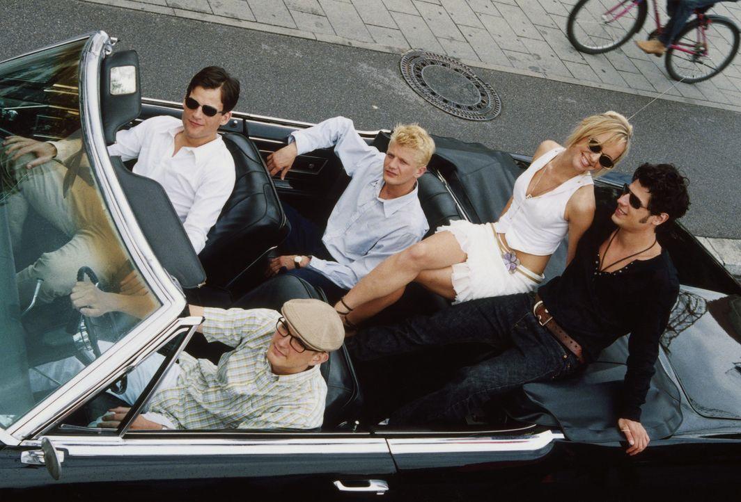 Um mit seinen neuen Freunden, Alexander (Torben Liebrecht, vorne l.) Evelyn (Johanna Klante, hinten M.), Anton (Daniel Krauss, vorne r.) und Marco (... - Bildquelle: ProSieben
