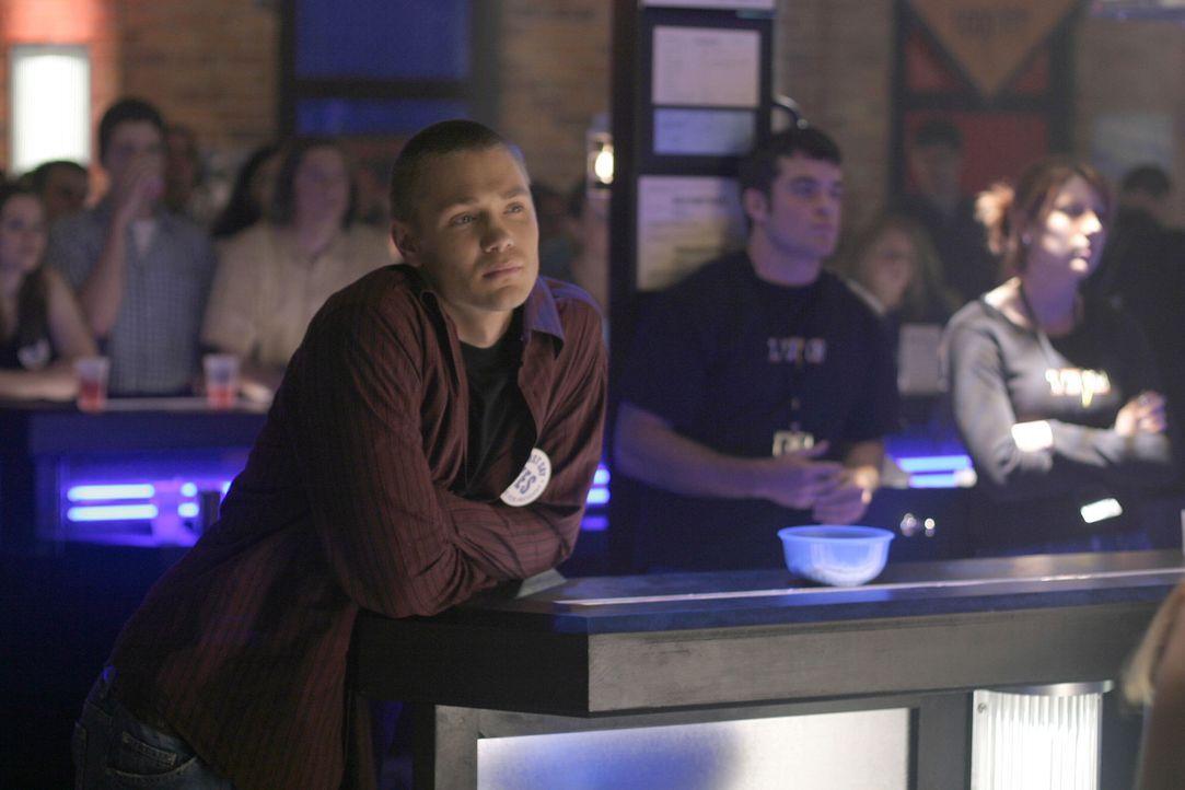 Lucas (Chad Michael Murray, vorne) erfüllt Brooke eine große Bitte: Er hilft ihr bei der Wahlkampfrede ... - Bildquelle: Warner Bros. Pictures