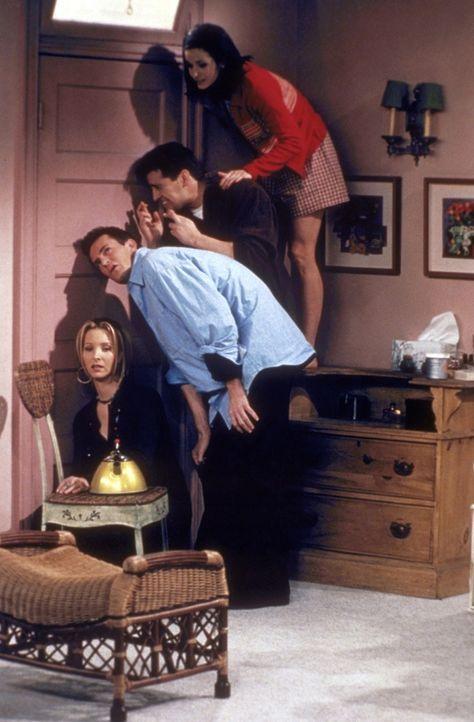 Zwischen Ross und Rachel kommt es zu einem ernsthaften Gespräch. Ihre Freunde (von oben n. unten) Monica (Courteney Cox), Joey (Matt LeBlanc), Chan... - Bildquelle: TM+  2000 WARNER BROS.