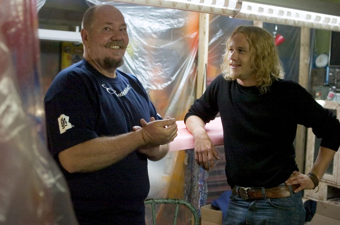"Heath Ledger, r., Darsteller des Skip Engbloms, im Gespräch mit dem ""echten"" Skip Engblom, l. - Bildquelle: 2005 Columbia Pictures Industries, Inc. All Rights Reserved."