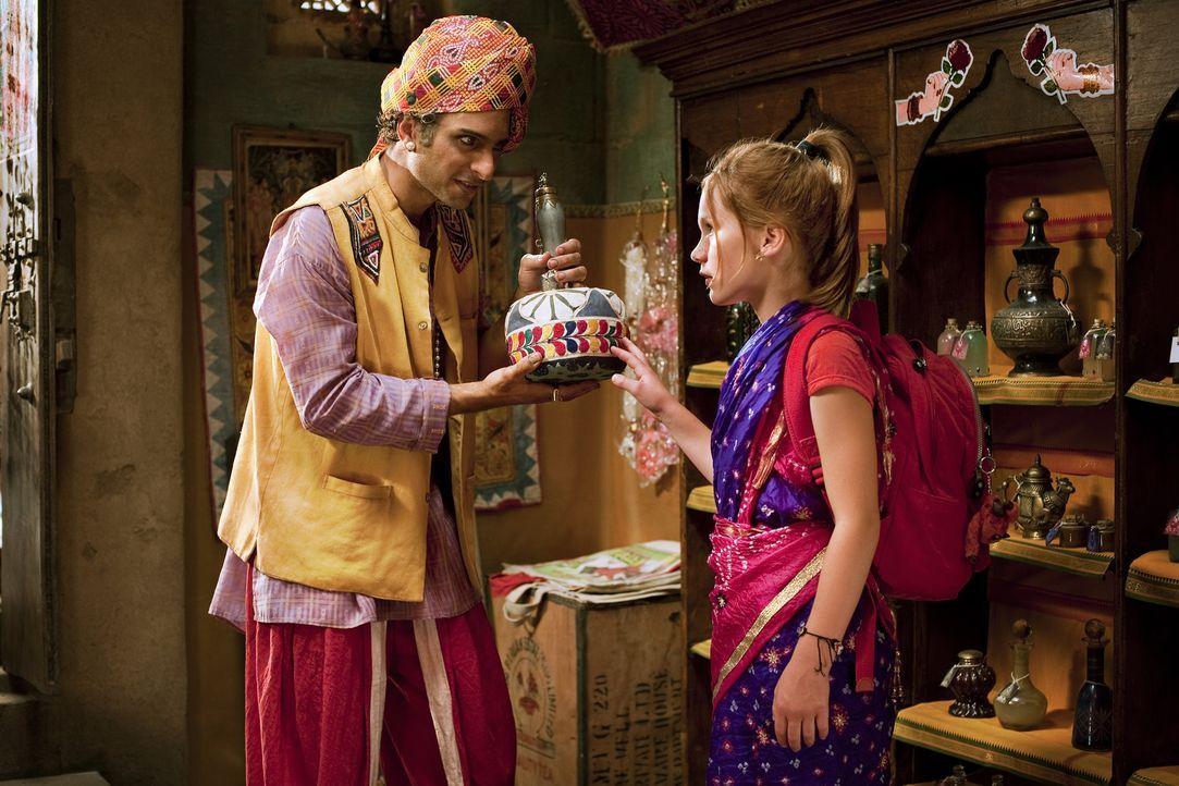 Hexe Lilli (Alina Freund, r.) wird von dem Groswesir Guliman um Hilfe gebeten. Im Handumdrehen findet sie sich im Orient wieder. Dort lauern an alle... - Bildquelle: Disney