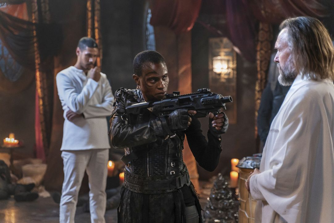 (v.l.n.r.) Dr. Gabriel Santiago (Chuku Modu); Indra (Adina Porter); Bill Cadogan (John Pyper-Ferguson) - Bildquelle: 2020 Warner Bros. Entertainment Inc. All rights reserved.