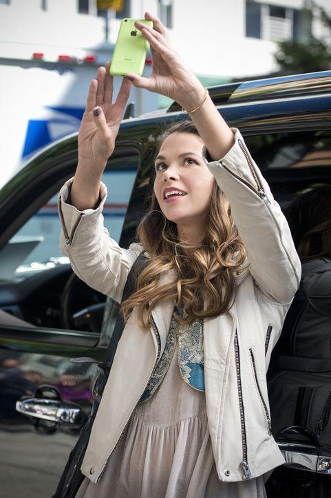 Liza (Sutton Foster) nimmt Kelsey und ihre neuen Freunde mit zu Maggies Ausstellung, was die jungen Leute jedoch schon bald langweilt. Unterdessen f... - Bildquelle: Hudson Street Productions Inc 2015