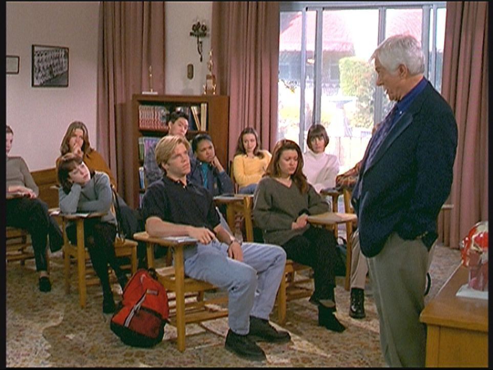 Dr. Mark Sloan (Dick Van Dyke, r.) findet an der Highschool aufmerksame Zuhörer bei seinem Seminar für Geschichte der Medizin. - Bildquelle: Viacom
