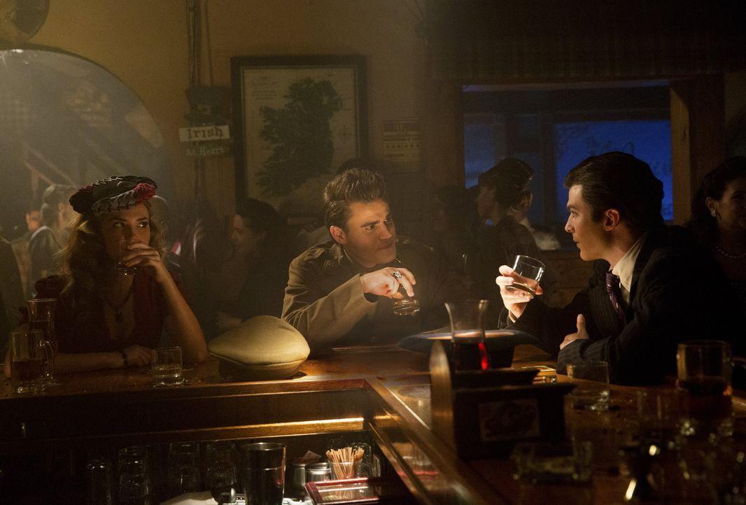 Nach jahrelanger Feindschaft kommen sich Damon (Ian Somerhalder, r.) und Stefan (Paul Wesley, M.) wieder näher - dank Lexi (Arielle Kebbel, l.). Abe... - Bildquelle: Warner Brothers