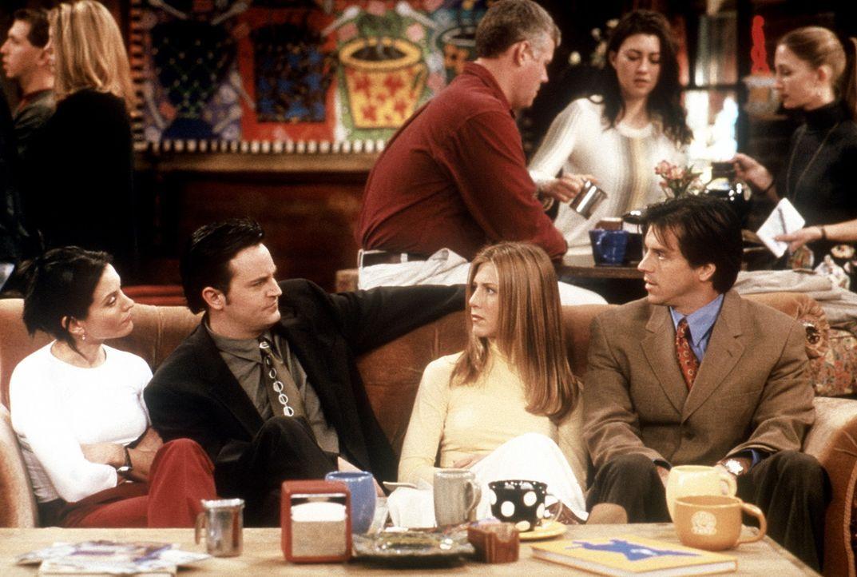 Rachel (Jennifer Aniston, 2.v.r.) muss zu einer Wohltätigkeitsveranstaltung, doch fehlt ihr noch der passende Begleiter. Monica (Courteney Cox, l.)... - Bildquelle: TM+  2000 WARNER BROS.