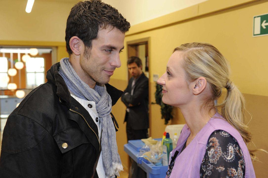 Julian (Sebastian Hölz, M.) sabotiert ein romantisches Date zwischen Michael (Andreas Jancke, l.) und Karin (Barbara Sotelsek, r.) ... - Bildquelle: Christoph Assmann SAT.1