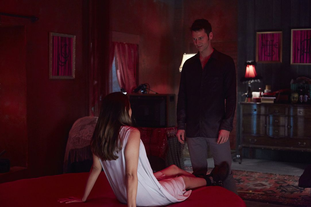Für welche Zwecke braucht Aleister (Sean Rogerson, r.) die hübsche Claire (Dayle McLeod, l.)? - Bildquelle: 2015 She-Wolf Season 2 Productions Inc.