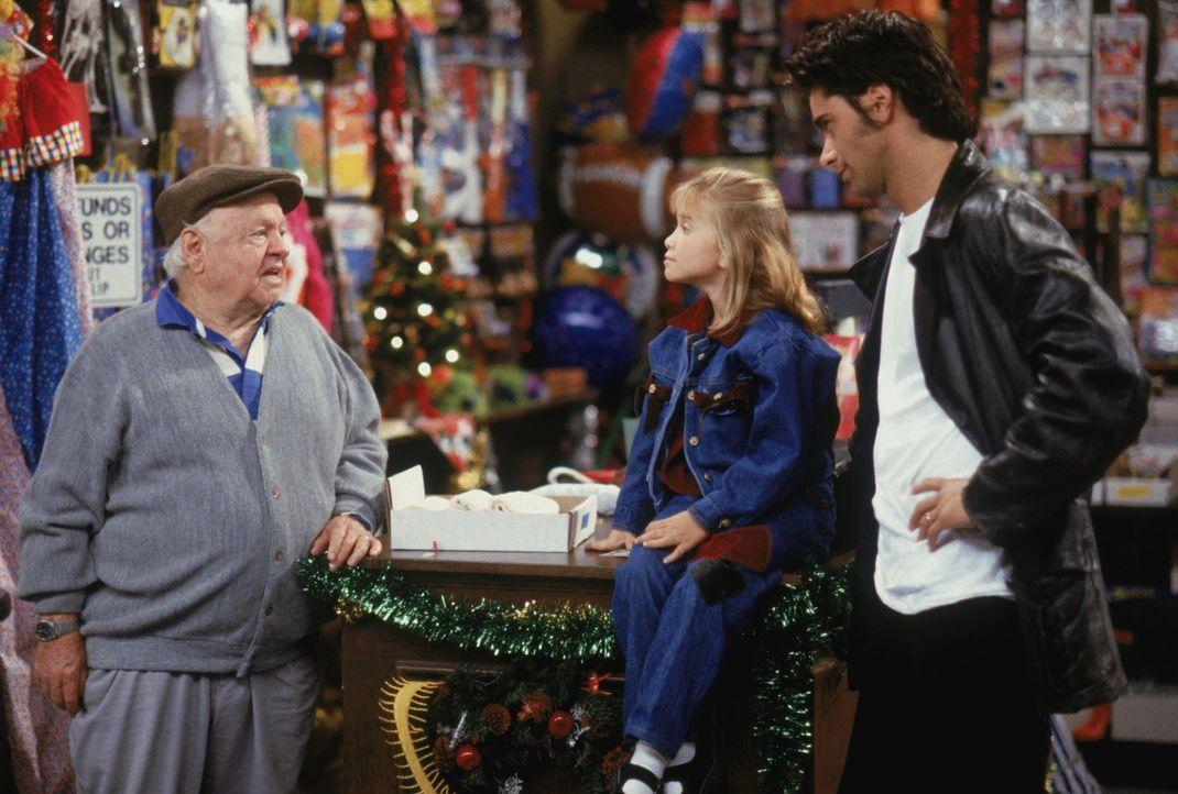 Der einsame Ladenbesitzer Mr. Dreghorn (Mickey Rooney, l.) muss Weihnachten eigentlich alleine verbringen, doch dann haben Michelle (Mary-Kate/Ashle... - Bildquelle: Warner Brothers Inc.