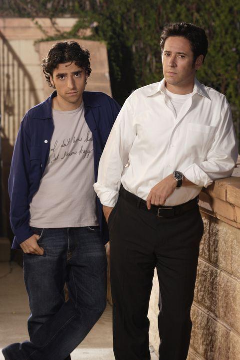 (1. Staffel) - FBI-Agent Don Eppes (Rob Morrow, r.) engagiert in schwierigen Fällen seinen Bruder Charlie (David Krumholtz, l.), einen genialen Math... - Bildquelle: Paramount Network Television