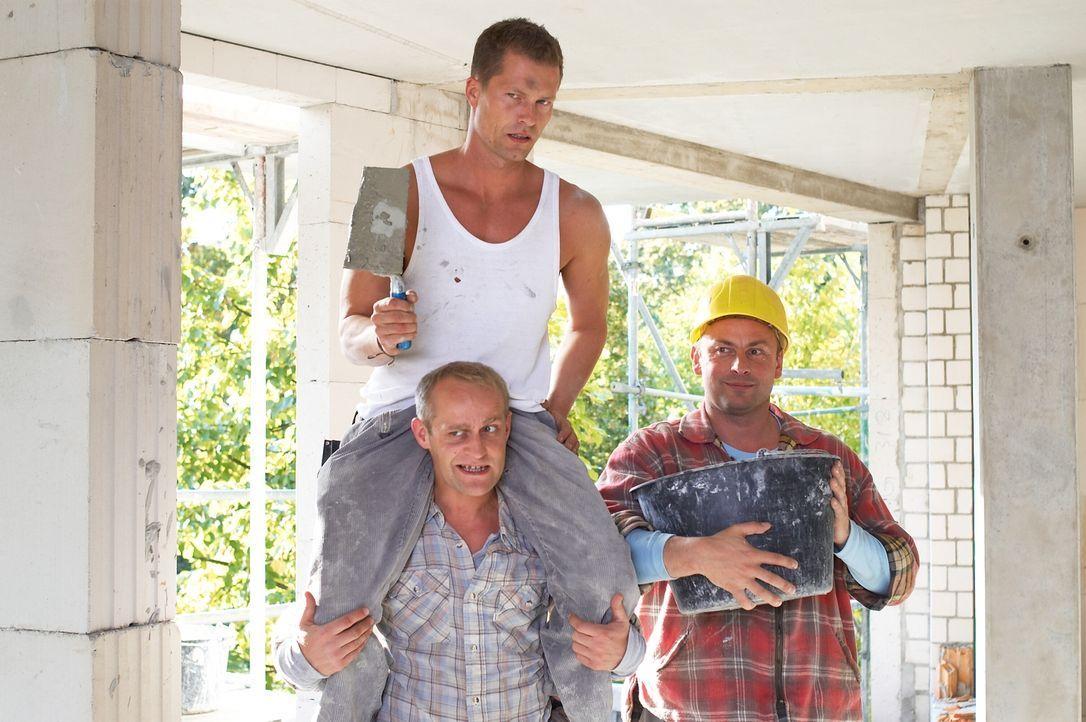 Mit Hilfe seines Freundes Alex (Jürgen Vogel, unten) gibt sich der Polier Fred (Til Schweiger, oben) als Behinderter aus, um dem Sohn seiner Verlobt... - Bildquelle: Senator Film