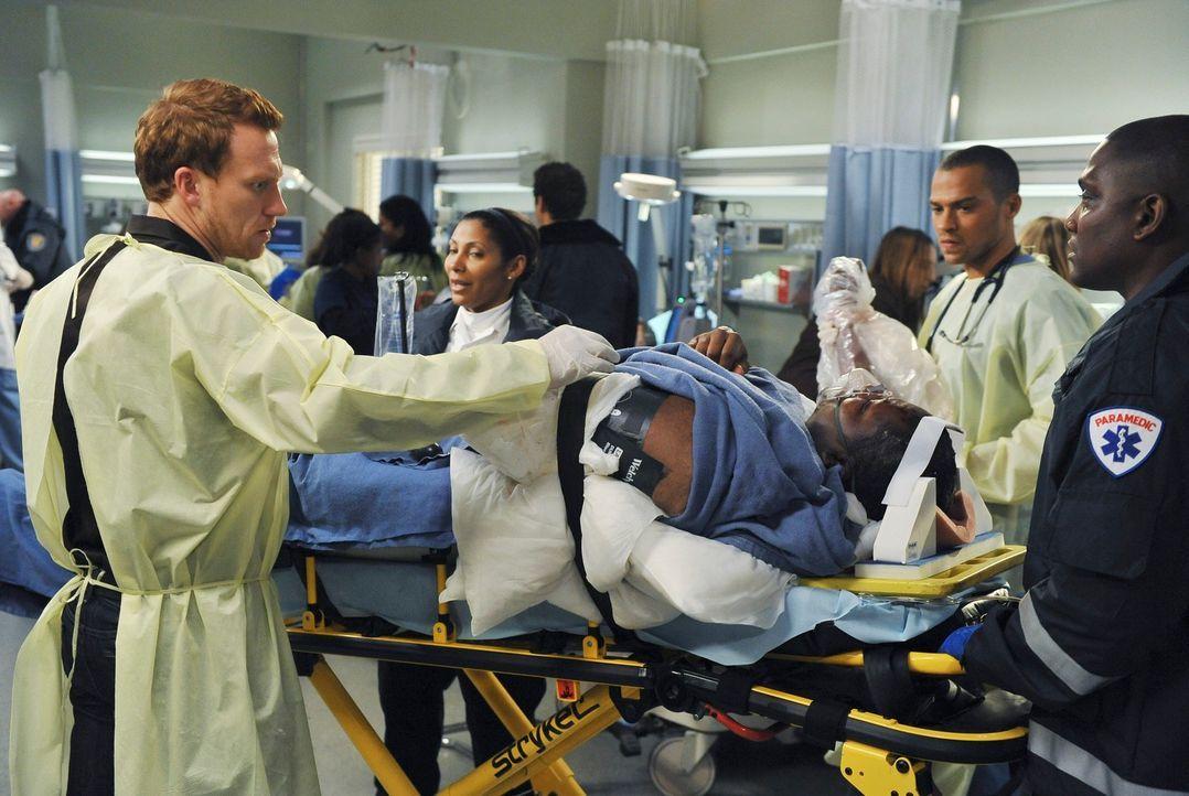 Es ist Valentinstag und die Ärzte des Seattle Grace müssen eine Reihe verletzter Personen behandeln, nachdem das Dach eines Restaurants zusammengebr... - Bildquelle: Touchstone Television