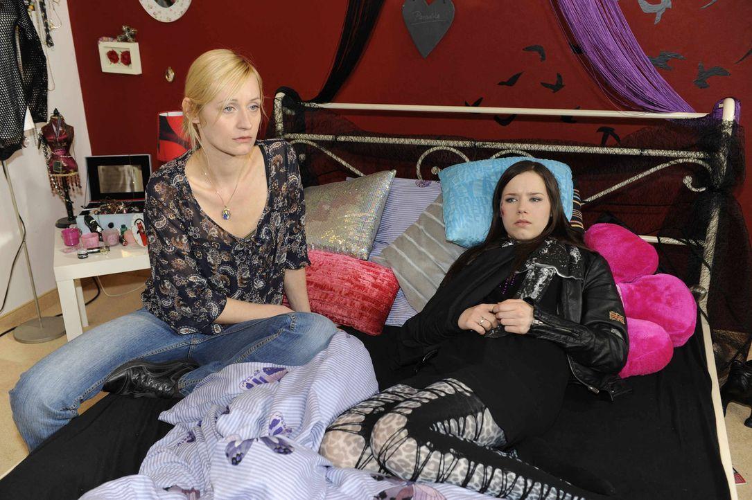 Machen sich Sorgen um Ben: Karin (Barbara Sotelsek, l.) und Luzi (Selina Müller, r.) ... - Bildquelle: SAT.1
