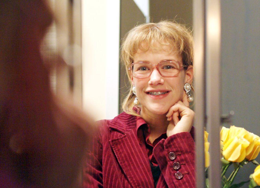 Lächelnd betrachtet Lisa (Alexandra Neldel) sich und die Ohrringe im Spiegel. (Dieses Foto von Alexandra Neldel darf nur in Zusammenhang mit der Ber... - Bildquelle: Monika Schürle SAT.1 / Monika Schürle