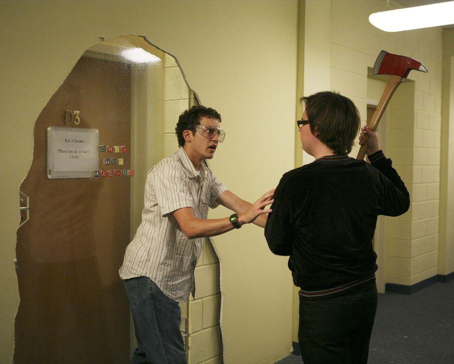 Während Casey bei der Jobsuche einen süßen Jungen kennenlernt, versuchen sich Dale (Clark Duke, r.) und Rusty (Jacob Zachar, l.) an den Türen der Ex... - Bildquelle: 2008 ABC Family