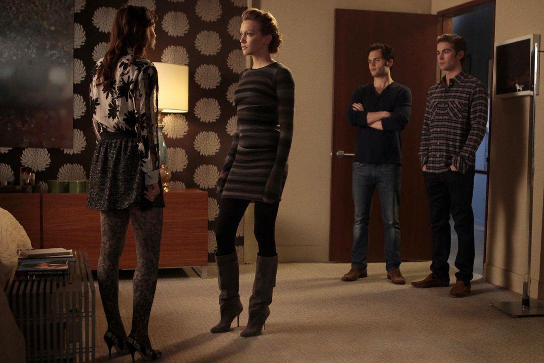Dan (Penn Badgley, 2.v.r.), Blair (Leighton Meester, l.) und Nate (Chace Crawford, r.) versuchen, der verschwundenen Juliet (Katie Cassidy, 2.v.l.)... - Bildquelle: Warner Bros. Television