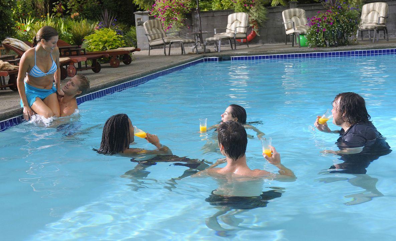 Eigentlich wollte sich Trish (Katie Cassidy, l.) am Pool entspannen, doch Henrys Freunde (v.l.n.r.: Matt Barr, Brandon Jay McLaren, Elaine Cassidy,... - Bildquelle: 2009 CBS Studios Inc. All Rights Reserved.
